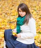 красивейший желтый цвет женщины листьев стоковые фото