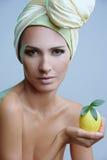 красивейший желтый цвет женщины шарфа лимона Стоковая Фотография RF