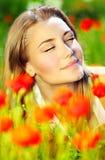 Красивейший женский класть на хранят цветок, котор Стоковая Фотография