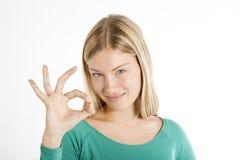 Красивейший жест о'кей девочка-подростка стоковые фотографии rf