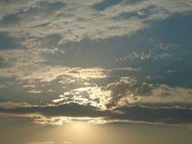 красивейший задний заход солнца солнца облаков стоковое фото rf