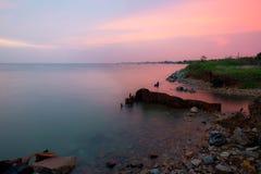 Красивейший заход солнца и море Небо захода солнца вечера с аурой на море Стоковые Изображения