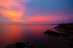 Красивейший заход солнца и море Небо захода солнца вечера с аурой на море Стоковая Фотография RF