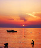 красивейший заход солнца моря семьи стоковые изображения