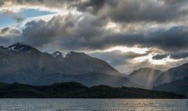 Красивейший заход солнца на озере Wakatipu, Новой Зеландии. Стоковые Изображения RF