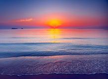 красивейший заход солнца тропический Драматическая сцена вечера Стоковые Изображения RF