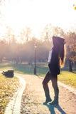красивейший заход солнца девушки Стоковые Изображения RF