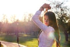 красивейший заход солнца девушки Стоковое Изображение