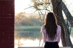 красивейший заход солнца девушки Стоковое Изображение RF