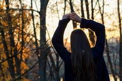 красивейший заход солнца девушки Стоковые Изображения
