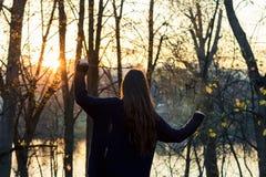 красивейший заход солнца девушки Стоковая Фотография RF