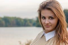 красивейший заход солнца девушки Стоковая Фотография