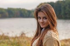 красивейший заход солнца девушки Стоковые Фото