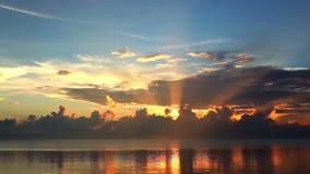 красивейший заход солнца неба видеоматериал