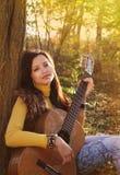 красивейший игрок гитары девушки брюнет Стоковое фото RF