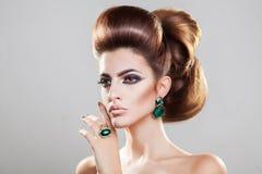 красивейший коричневый выразительный hazel волос девушки глаз Блеск прямых волос тома с Стоковые Фото
