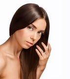 красивейший коричневый выразительный hazel волос девушки глаз Длинный блеск прямых волос с h Стоковая Фотография