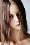 красивейший коричневый выразительный hazel волос девушки глаз Стоковое Изображение RF