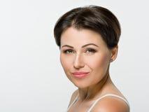 красивейший коричневый портрет волос девушки Зеленые глаза усмешки Стоковые Изображения