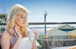 красивейший кофе кафа имея женщину Стоковое фото RF