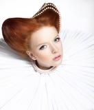 Красивейший красный головной Duchess в Jabot - ретро типе. Драматический театралый состав. Masquerade стоковое фото rf