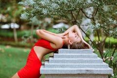 красивейший красный цвет девушки платья Стоковая Фотография