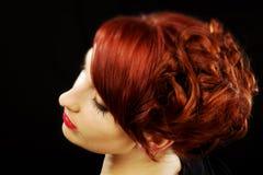 красивейший красный цвет стиля причёсок Стоковое Изображение RF