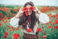 красивейший мак девушки поля Стоковые Изображения