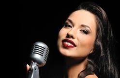 красивейший микрофон брюнет ретро Стоковая Фотография