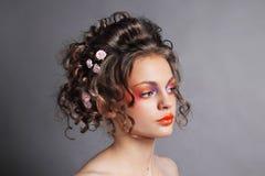 красивейший милый стиль причёсок фиксирует модельное венчание профиля портрета Стоковое Изображение RF