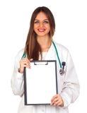 Красивейший молодой доктор держа пустой скоросшиватель Стоковое Изображение RF