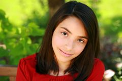 Красивейший молодой испанский усмехаться девушки стоковое фото rf