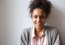 Красивейший молодой усмехаться женщины афроамериканца стоковое изображение rf