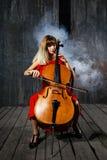 красивейший музыкант виолончели Стоковое Изображение