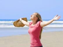 красивейший наслаждаться смотрит на ее женщину солнца Стоковое Изображение
