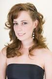 красивейший одетьнный выпускной вечер девушки вверх по детенышам Стоковое фото RF
