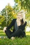 красивейший отдыхать парка девушки Стоковое Изображение RF