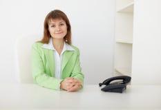красивейший офис девушки сидит детеныши таблицы Стоковая Фотография