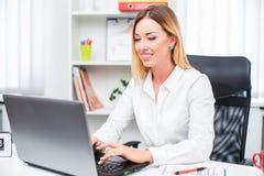 красивейший офис девушки Стоковые Фотографии RF