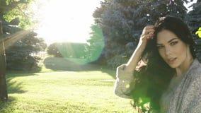 красивейший парк девушки сток-видео