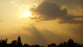 красивейший пасмурный заход солнца видеоматериал