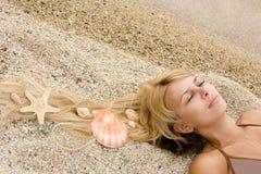 красивейший песок волос девушки cockleshells Стоковые Изображения