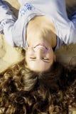 красивейший песок лож волос девушки Стоковые Фотографии RF