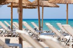 Красивейший пляж с стулами и зонтиками палубы Стоковые Изображения RF
