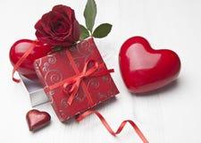 Красивейший подарок Валентайн с красным Розой Стоковая Фотография