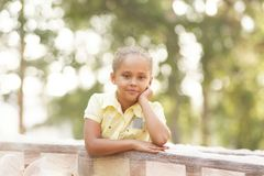 красивейший портрет девушки Ребенок улыбки Природа предпосылки солнце Стоковое фото RF