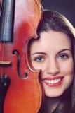 Красивейший портрет девушки с скрипкой Стоковые Изображения RF