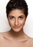 Красивейший портрет крупного плана молодой кавказской женщины изолированной на белой предпосылке. Свежий естественный состав, боль Стоковые Фотографии RF