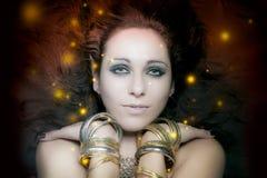 Красивейший портрет молодой женщины с длинним, загадочным floa светов стоковые изображения