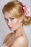 красивейший портрет невесты венчание заказа части платья Портрет красивой женщины в изображении невесты с цветком Стоковая Фотография